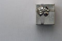 Caja de regalo sobre el fondo de plata Imagen de archivo libre de regalías