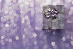 Caja de regalo sobre fondo del bokeh primer Imagenes de archivo