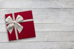 Caja de regalo sobre la opinión superior del fondo de madera Fotos de archivo libres de regalías