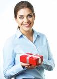 Caja de regalo sonriente aislada del control de la mujer de negocios Fondo blanco Imagenes de archivo