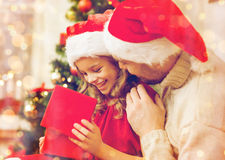 Caja de regalo sonriente de la abertura del padre y de la hija foto de archivo