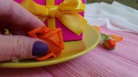 caja de regalo, vela color de rosa, placa, cámara lenta almacen de metraje de vídeo