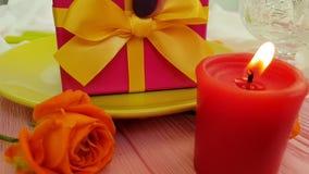 caja de regalo, vela color de rosa, placa, cámara lenta elegante almacen de metraje de vídeo