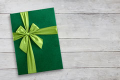 Caja de regalo verde en el fondo de madera Imagen de archivo libre de regalías
