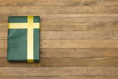 Caja de regalo verde en los tableros de madera Fotografía de archivo