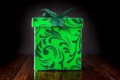Caja de regalo verde - regalo de Navidad Fotografía de archivo