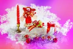 Caja de regalo y campana hermosa con el fondo rosado del tono Foto de archivo