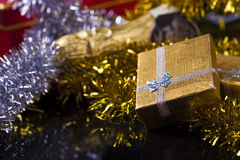 Caja de regalo y Champán Imagenes de archivo