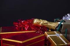 Caja de regalo y Champán Foto de archivo libre de regalías