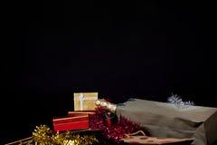 Caja de regalo y Champán Imágenes de archivo libres de regalías