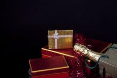 Caja de regalo y Champán Fotografía de archivo libre de regalías