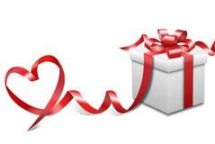 Caja de regalo y cinta blancas del corazón Fotografía de archivo libre de regalías