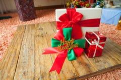 caja de regalo y cinta roja en el fondo de madera con el espacio Imágenes de archivo libres de regalías