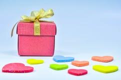 Caja de regalo y corazón colorido en el fondo blanco fotografía de archivo libre de regalías