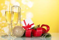 Caja de regalo y dos vidrios de champán Foto de archivo
