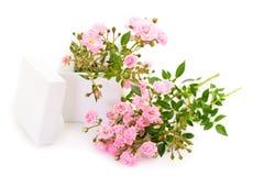 Caja de regalo y flores color de rosa Foto de archivo