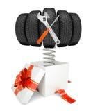 Caja de regalo y neumáticos de coche con las herramientas el la primavera Imagen de archivo