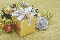 Caja de regalo y ornamento de la Navidad imágenes de archivo libres de regalías