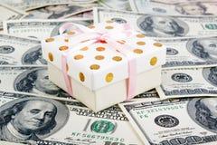 Caja de regalo y porciones de dólares Foto de archivo libre de regalías