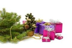 Caja de regalo y ramas de árbol de navidad brillantes Imagenes de archivo