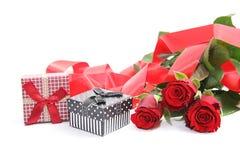 Caja de regalo y rosas rojas foto de archivo libre de regalías
