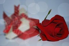 Caja de regalo y rosas rojas en el fondo blanco Imágenes de archivo libres de regalías