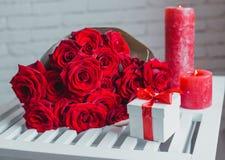 Caja de regalo y rosas rojas Presente el día de tarjeta del día de San Valentín para la mujer Imagen de archivo libre de regalías