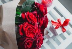 Caja de regalo y rosas rojas Presente el día de tarjeta del día de San Valentín para la mujer Fotos de archivo libres de regalías