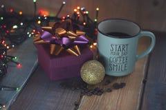 Caja de regalo y taza del café, inscripción del oro en el tablen Imagenes de archivo