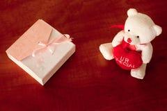 Caja de regalo y Teddy Bear On The Table blanco Imagen de archivo libre de regalías
