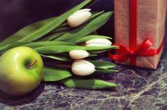 Caja de regalo y tulipanes blancos Foto de archivo libre de regalías