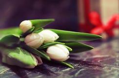 Caja de regalo y tulipanes blancos Foto de archivo