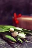 Caja de regalo y tulipanes blancos Imagen de archivo