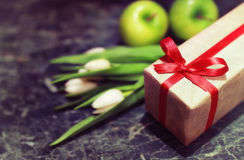 Caja de regalo y tulipanes blancos Imagen de archivo libre de regalías