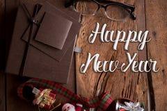 Caja de regalos de lujo en la tabla de madera con Feliz Año Nuevo de la palabra Imágenes de archivo libres de regalías