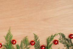 Caja de regalos del regalo de Navidad y elementos rojos del adornamiento la plano Imágenes de archivo libres de regalías