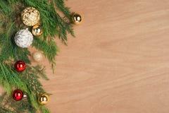 Caja de regalos del regalo de Navidad y elementos rojos del adornamiento la plano Fotos de archivo libres de regalías