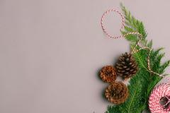 Caja de regalos del regalo de Navidad y elementos rojos del adornamiento la plano Foto de archivo