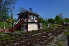 Caja de señal de Butterley en el ferrocarril de Midland con la UEM en fondo imagenes de archivo