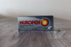 Caja de tabletas revestidas del ibuprofen de Nurofen Fotos de archivo