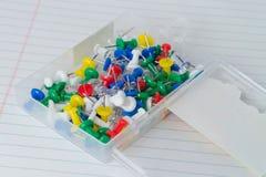 Caja de tachuelas de pulgar Fotografía de archivo