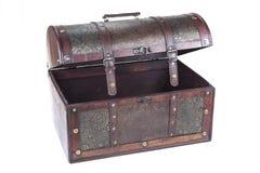 Caja decorativa retra del tesoro de la madera Pecho del tronco en el fondo blanco fotografía de archivo libre de regalías