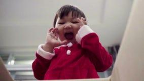 Caja del Año Nuevo del mas del x abierto de la caja del niño que hace compras almacen de metraje de vídeo