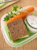 Caja del almuerzo con pan integral y zanahorias Foto de archivo