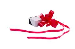 Caja del anillo con la cinta roja Fotos de archivo libres de regalías