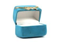 Caja del anillo en el fondo blanco Imagenes de archivo