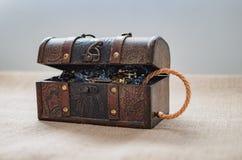 Caja del botín, cofre del tesoro abierto foto de archivo