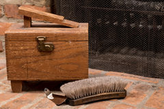 Caja del brillo del zapato del vintage con el cuerno del cepillo y del zapato Fotos de archivo libres de regalías