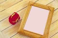 Caja del capítulo y de regalo en el fondo de listones de madera Fotografía de archivo libre de regalías