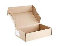 Caja del cartón con la etiqueta en blanco de la etiqueta engomada sujetada al lado aislado en el fondo blanco Fotos de archivo libres de regalías